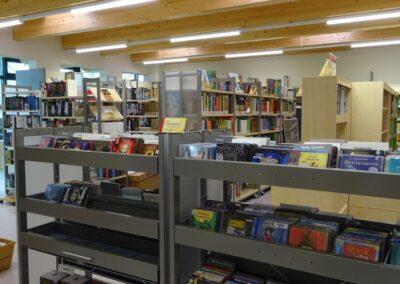das Bild zeigt eine Ansicht in der Bibliothek