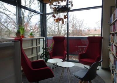 Das Bild zeigt die Sitzecke in der Bibliothek